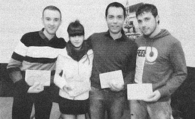 Autores de los vídeos galardonados en el concurso organizado por la colla castellera Minyons de Terrassa (foto: Eduard Gil, Diari de Terrassa)