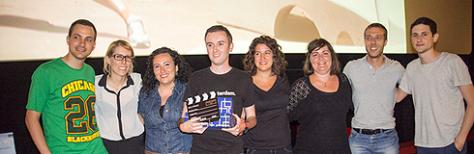 """Entrega del Premio del Público a parte del equipo de """"Relaciones globales"""" de mano de Laia Pajuelo y Ferran Vicedo (Foto: L'H digital)"""