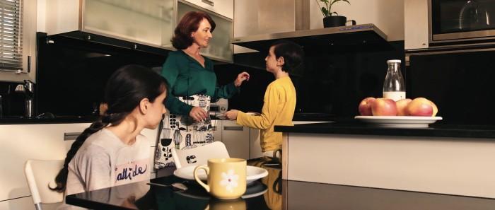 "Rosa Maria Diaz, Judit Gòmez y Marcel Gòmez en un fotograma de ""La Mujer Invertida (The Inverted Woman)"", del director Santi Planet."